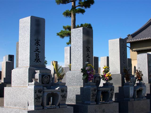 伽藍南側の墓地