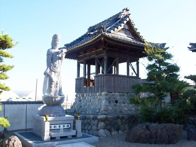 鐘楼と聖観音菩薩立像